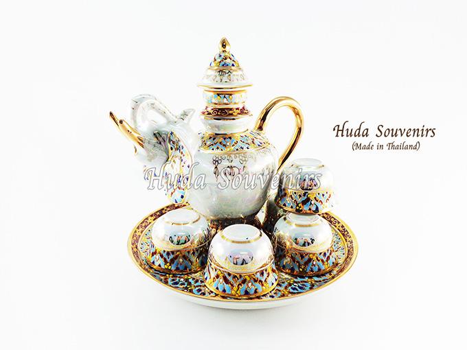 ของที่ระลึกไทย ชุดน้ำชาเบญจรงค์ กาหน้าช้าง ขนาดกลาง เบญจรงค์ลายเนื้อนูนเคลือบมุข สินค้าพร้อมส่ง (ราคารวมกล่อง)