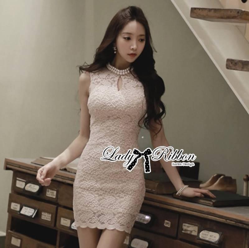 ( พร้อมส่งเสื้อผ้าเกาหลี)เดรสผ้าลูกไม้ตัดแต่งมุกแบบ classic ตัวนี้เหมาะกับสาวลุคคุณหนู ทรงชุดดูเรียบหรู classy มาก สามารถใส่ออกงานหรูหรืองานแต่งงานได้เลยค่ะ ลูกเล่นเก๋ๆที่คอเสื้อประดับมุก คล้ายๆกับใส่สร้อยคอ ดูเข้ากันกับผ้าลูกไม้มากๆ ตัวเสื้อเป็นแขนกุด ทร