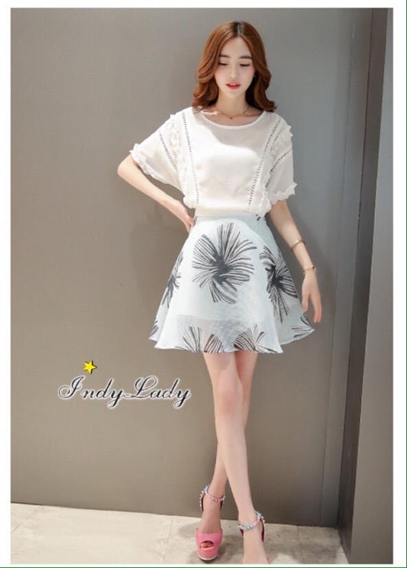 เสื้อผ้าเกาหลี พร้อมส่งเสื้อสีขาวฉลุลายคู่กับกระโปรงบานโทนสีฟ้า