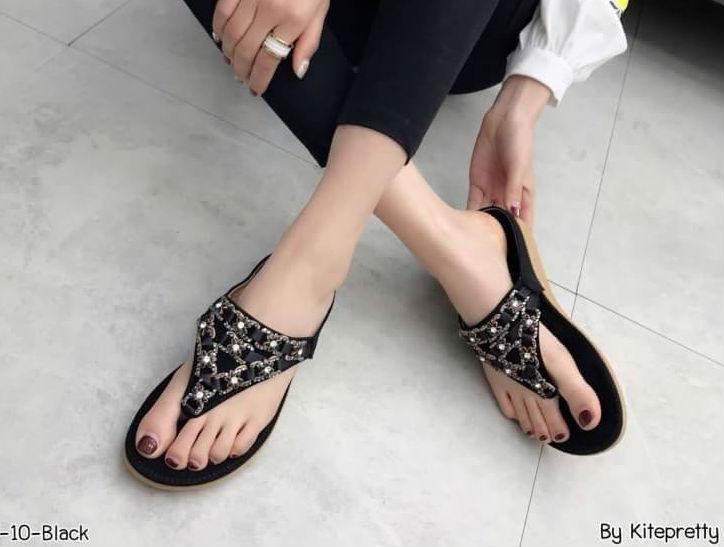 รองเท้าแตะแฟชั่น แบบหนีบ แต่งอะไหล่ดอกไม้เพชรสวยหวาน หนังนิ่ม พื้นนิ่ม ทรงสวย ใส่สบาย แมทสวยได้ทุกชุด (9018-10)
