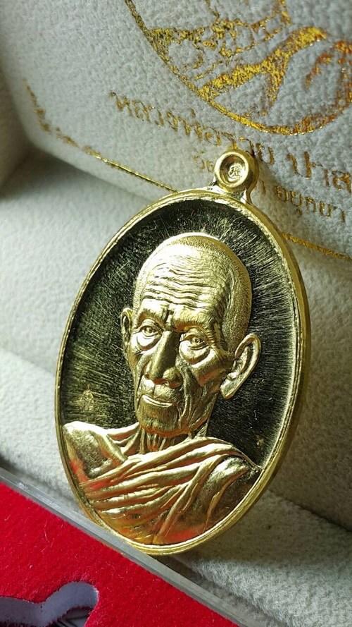 วันเวลาไม่เคยรอใคร เหรียญรุ่นนี้ก็เช่นกัน อนาคตไกล... รวยคูณทอง เนื้อทองคำ เลข 39 (สวยงามมาก) พร้อมฝังตะกรุดทองคำแท้ หลวงพ่อคูณปี 47 สุดแสนจะคุ้มค่ะ พร้อมส่ง จัดสร้างเพียง 39 องค์เท่านั้น!! มีองค์เดียวรอผู้มีบุญบารมีมาครอบครองค่ะ Line:@0611859199n