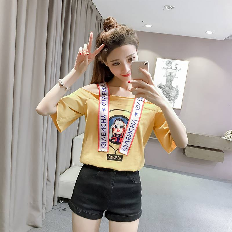 เสื้อแฟชั่น แขนสั้น แต่งสายคาดลายอักษร สีเหลือง