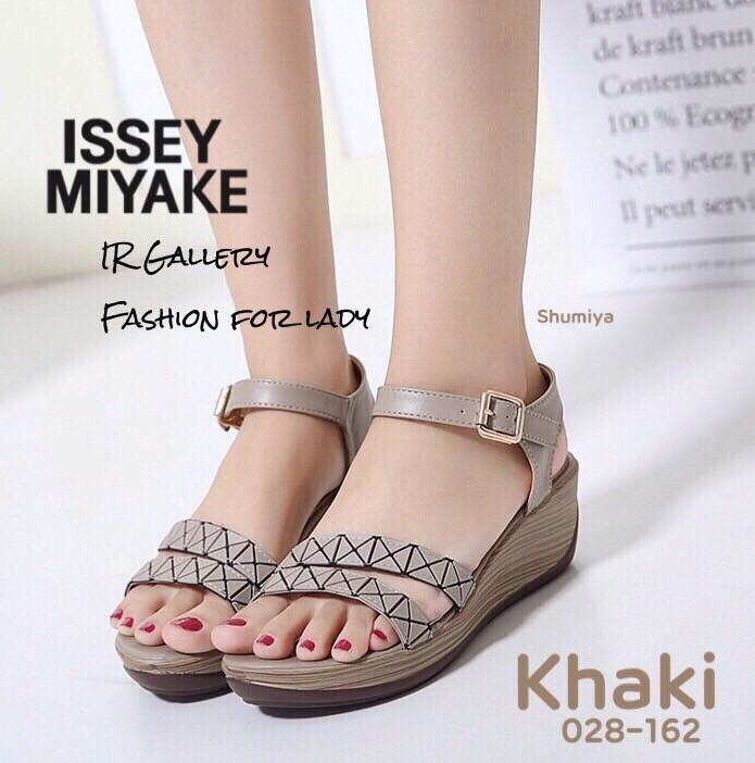 รองเท้าส้นเตารีดรัดข้อสีกากี สไตล์สุดชิค! ของ Issey Miyake (สีกากี )