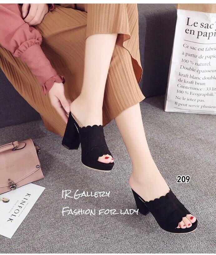 รองเท้าส้นตันแบบสวมสีดำ เปิดส้น สายคาดแต่งหนังหยัก (สีดำ )