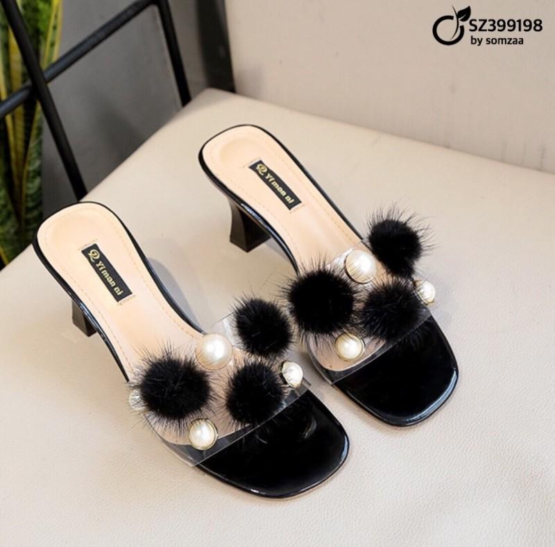 รองเท้าลำลองสีดำ ทรง maxi วัสดุ PU ติดขนฟู และ มุกเม็ดงาม (สีดำ )