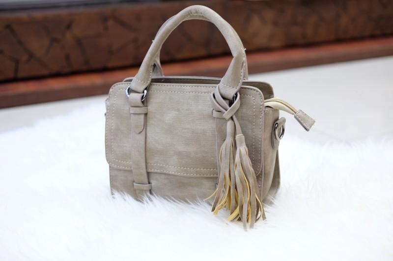 กระเป๋าสะพายแฟชั่น กระเป๋าสะพายข้างผู้หญิง พู่เล็ก [สีดำ]
