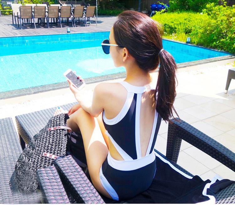 ชุดว่ายน้ำสีน้ำเงินแถบขาววันพีซน่ารักๆ