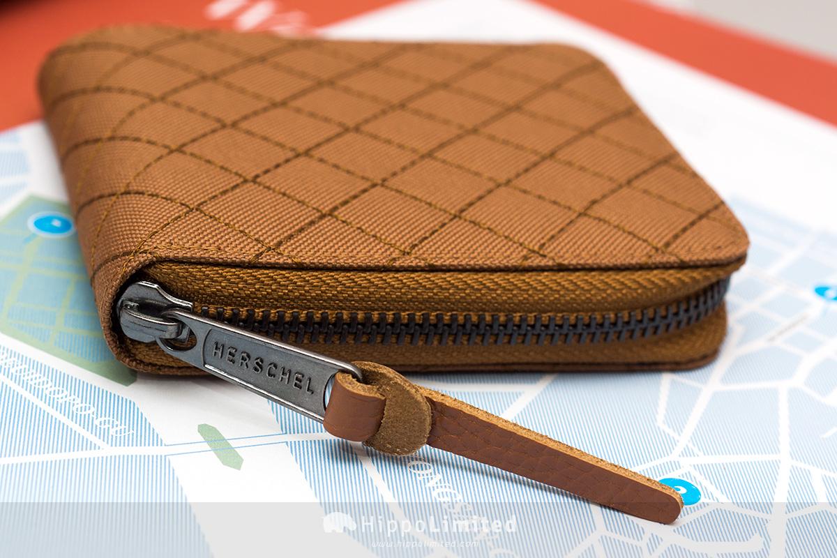 กระเป๋าสตางค์แบบซิปรอบ Herschel Walt Wallet - Caramel Quilted ซิปสีดำตัวช่วยดึงหนังแท้