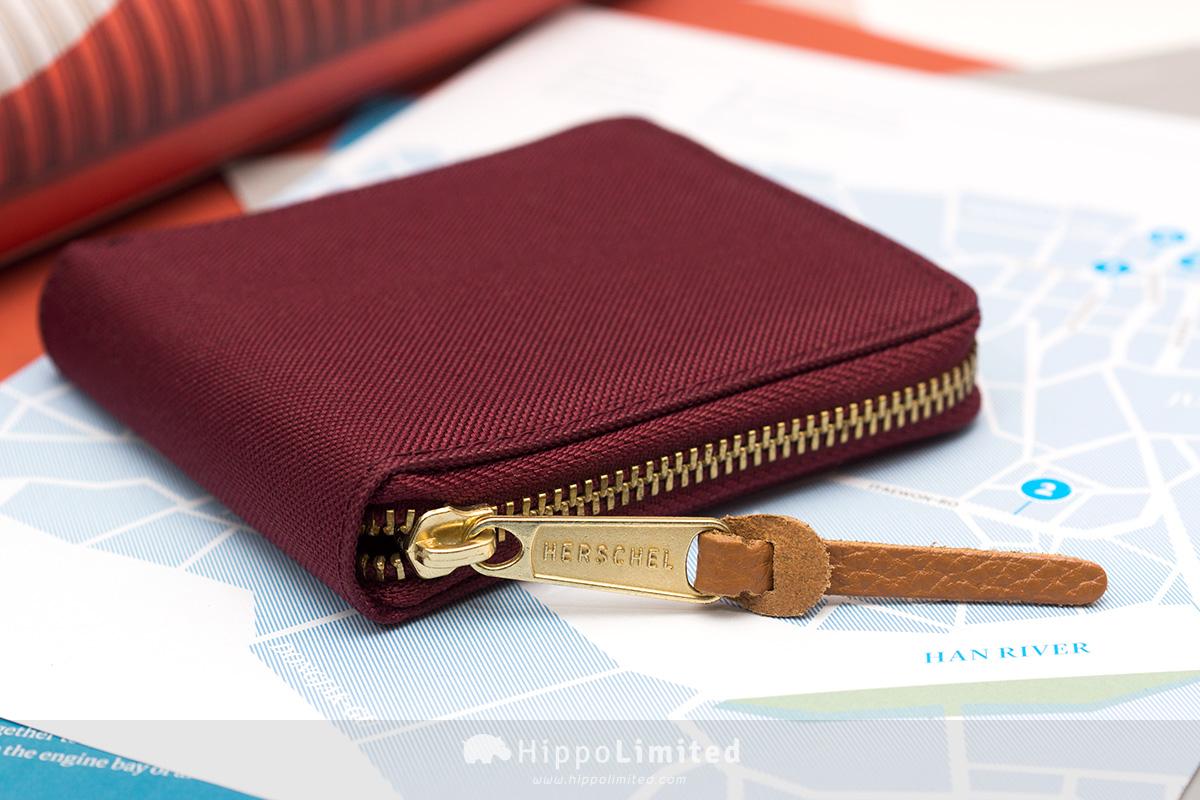 กระเป๋าสตางค์แบบซิปรอบ Herschel Walt Wallet - Windsor Wine ซิปสีทองตัวช่วยดึงหนังแท้