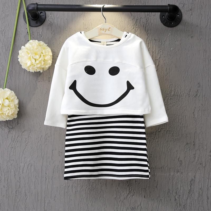 ชุดเซทสาวน้อย 2 ชิ้น เสื้อสีขาวลายหน้ายิ้ม มาพร้อมเดรสลายสีดำสลับขาว เนื้อผ้านุ่มใส่สบาย ใส่เข้าเซ็ทกันน่ารักมากค่ะ