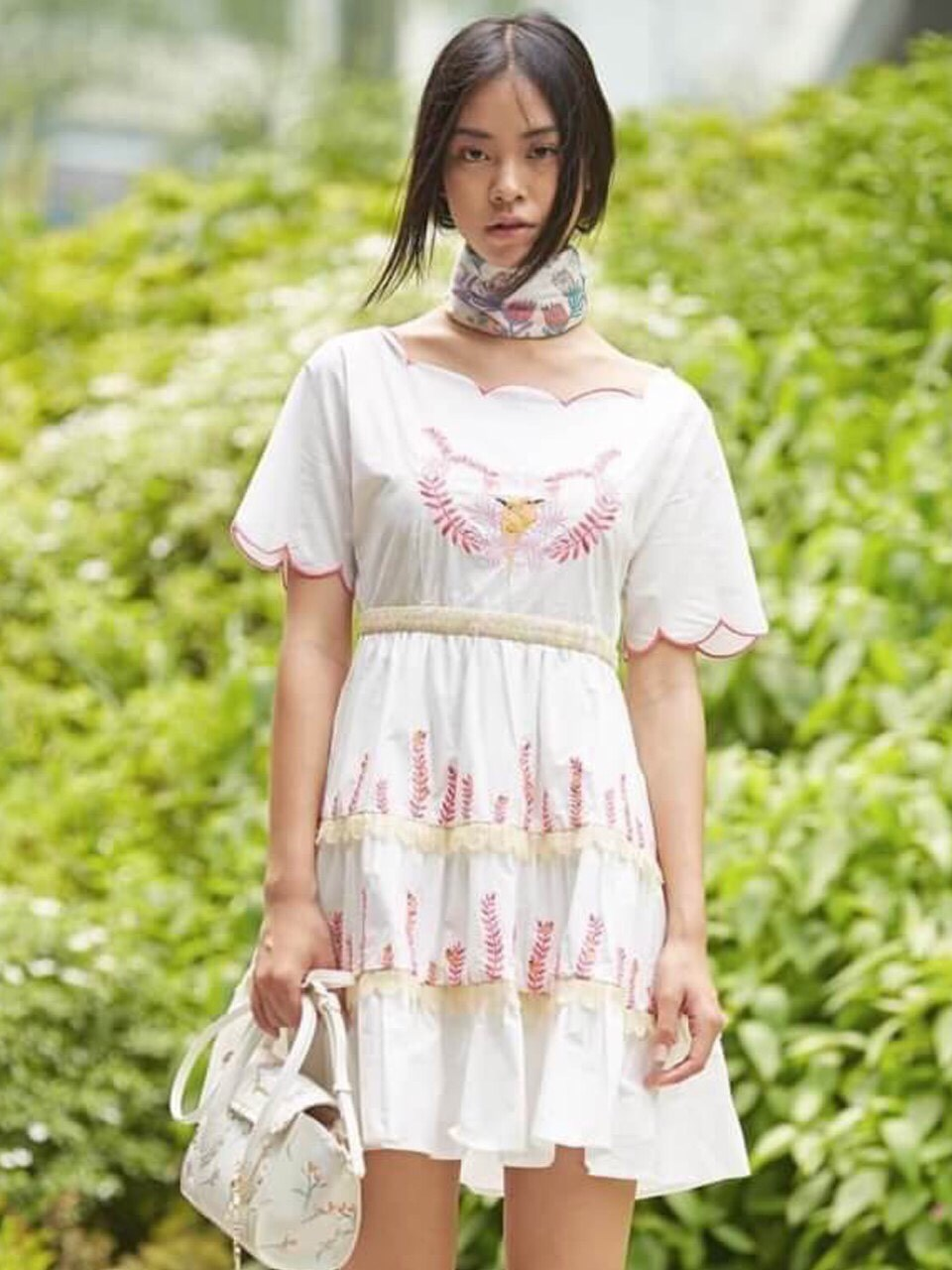 เดรสผ้าคอตตอนสีขาวปักลายสีชมพูสุดหวาน
