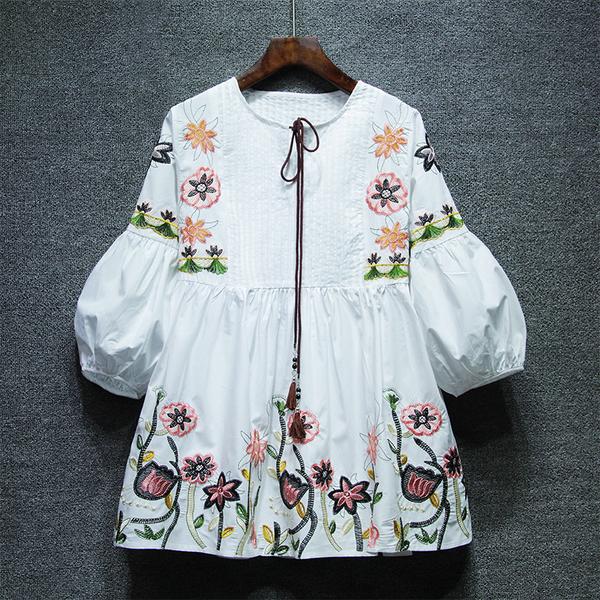เสื้อผ้าฝ้ายแขน5ส่วนแบบพอง เสื้อเย็บตีเกล็ดที่หน้าอก ปักลายดอกไม้ที่หน้าอก แขนและตัวเสื้อ สไตล์วินเทจ มี 2สีคือ ขาวและน้ำเงินค่ะ