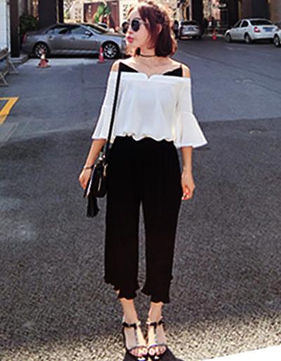 ชุดเซทกางเกงอัดพลีทสีดำ มาพร้อมเสื้อสีขาวสายเดียวโชว์ไหล่