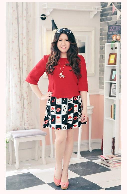 Pre Order - เดรสแฟชั่นเกาหลี คนอ้วน Big Size แยกชิ้น เสื้อแขนสี่ส่วน กระโปรงพิมพ์ลายสั้น สี : สีแดง / สีดำ