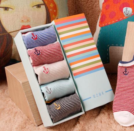 เซตของขวัญพร้อมกล่อง ถุงเท้าข้อสั้นลายสมอ 5 คู่